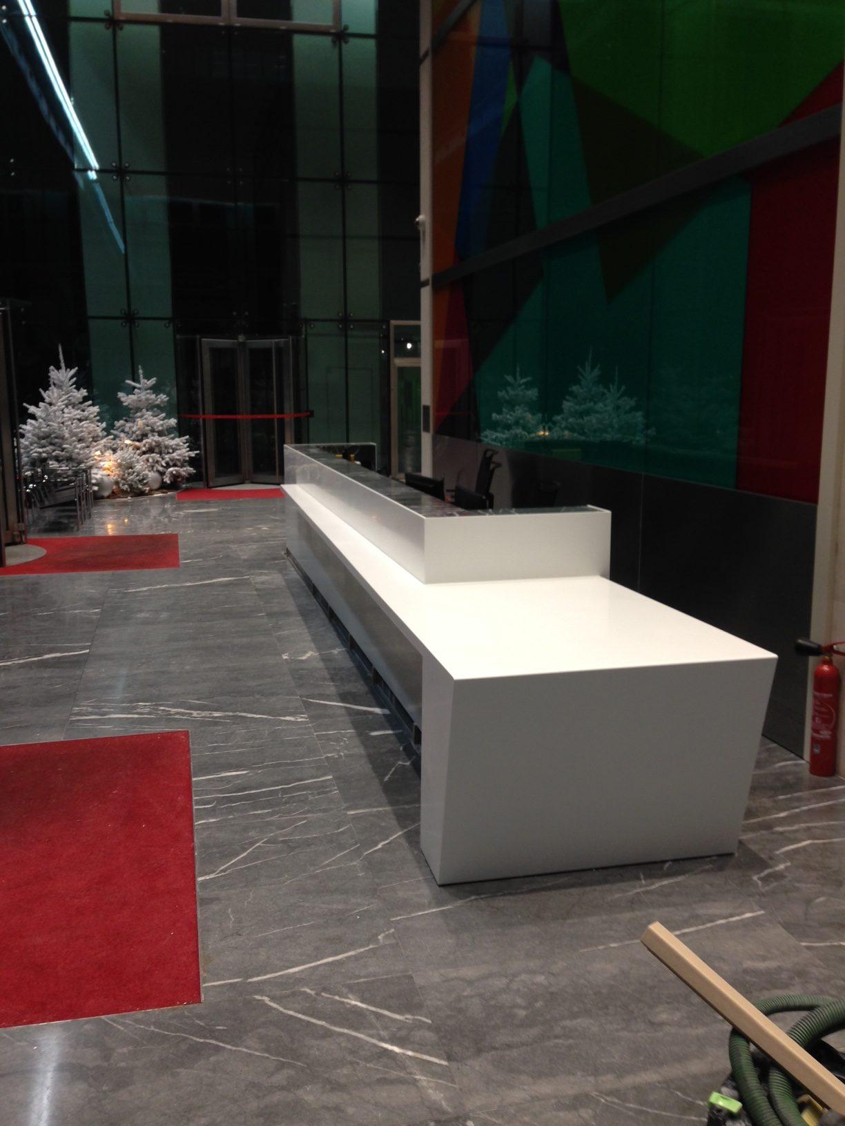 banque d'accueil – corian Glacier White – Paris la Défense – BF Pro